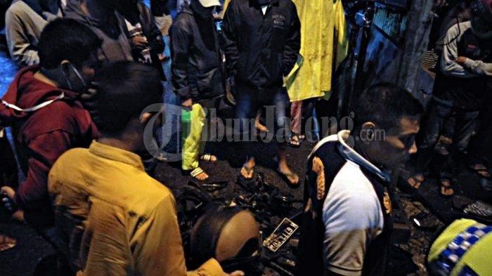 Warga berkerumun melihat motor yang ringsek usai terjadinya kecelakaan di Jalan Majapahit, Kota Semarang, Kamis (4/2/2021) malam.