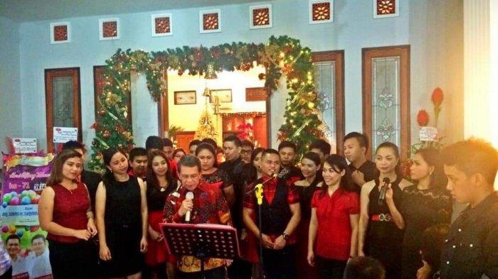 foto kenangan MSUChoirindonesia dan SHSingers menyanyi bersama alamarhum.