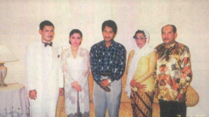 Foto nikah siri Mayangsari dan Bambang Trihatmodjo pada tahun 2000.