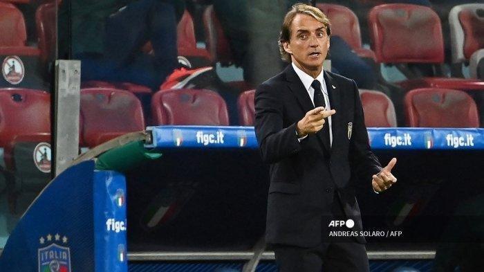 Pelatih Italia Roberto Mancini memberi isyarat saat dia memberikan instruksi dari garis sentuh selama pertandingan sepak bola persahabatan antara Italia dan San Marino di Sardegna Arena di Cagliari pada 28 Mei 2021, dalam persiapan untuk Kejuaraan Sepak Bola Eropa UEFA Euro 2020. ANDREAS SOLARO / AFP