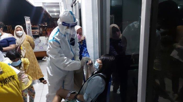 Foto pengetatan yang dilakukan instansi gabungan terhadap penumpang kapal Pelni