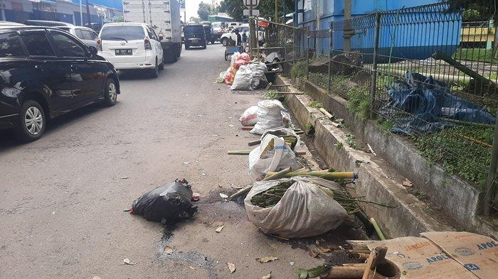 foto Sampah disekitaran lokasi Pasar Beriman Wilken Tomohon.