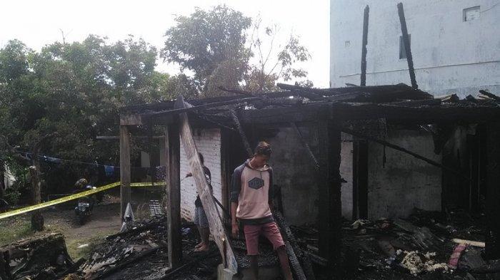 Erip Mencari Surat dan Kunci Mobilnya di antara Puing-puing Kebakaran Kost