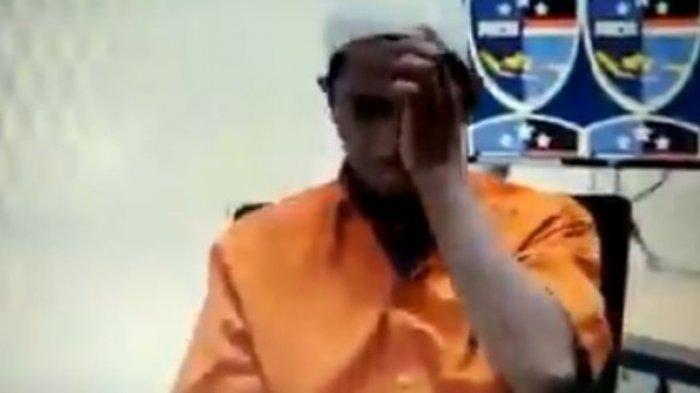 Foto: Ustaz Maaher memakai baju tahanan. Kronologi Ustaz Maaher meninggal di Rutan Mabes Polri, Senin (8/2/21).