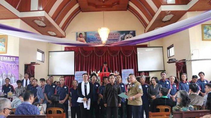 Penatua Vicky Pimpin Ibadah di GMIM Eben Haezer Ranomerut