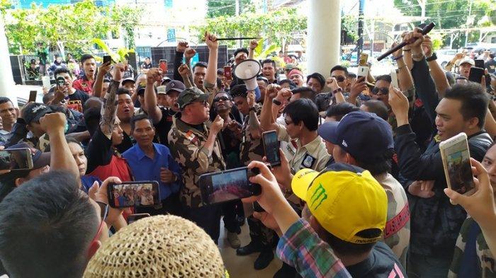 Sidang Putusan Kasus Siswa Bunuh Guru: Massa Nyanyi Himne Guru di PN Manado
