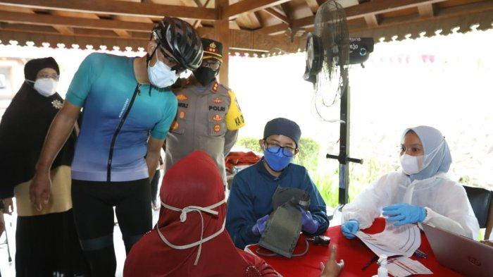 Ganjar Pranowo saat mengunjungi lokasi vaksinasi di Candi Borobudur Magelang