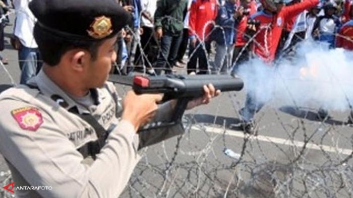 Tak Terima Kena Gas Air Mata, Nenek Roslina Ngamuk ke Polisi: Itu Ada Orangtua Lagi Sakit