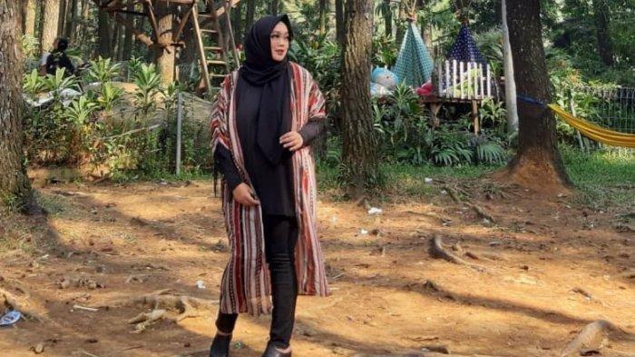 Potret terbaru pertama, menampilkan gaya Rina Gunawan saat mengunjungi tempat wisata Gunung Pancar