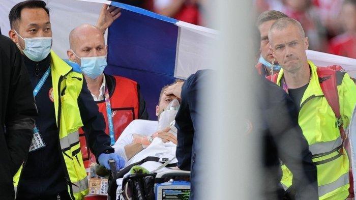 Gelandang Denmark Christian Eriksen (tengah) dievakuasi setelah ambruk di lapangan saat pertandingan sepak bola Grup B UEFA EURO 2020 antara Denmark dan Finlandia di Stadion Parken di Kopenhagen pada 12 Juni 2021. Friedemann Vogel / AFP / POOL