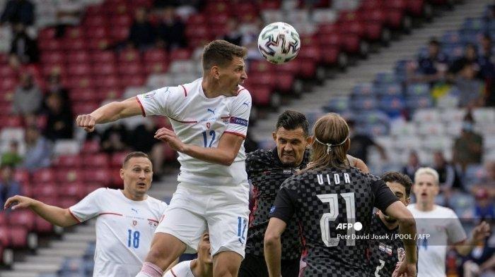 Gelandang Republik Ceko Lukas Masopust menyundul bola saat pertandingan sepak bola Grup D UEFA EURO 2020 antara Kroasia dan Republik Ceko di Hampden Park di Glasgow pada 18 Juni 2021.