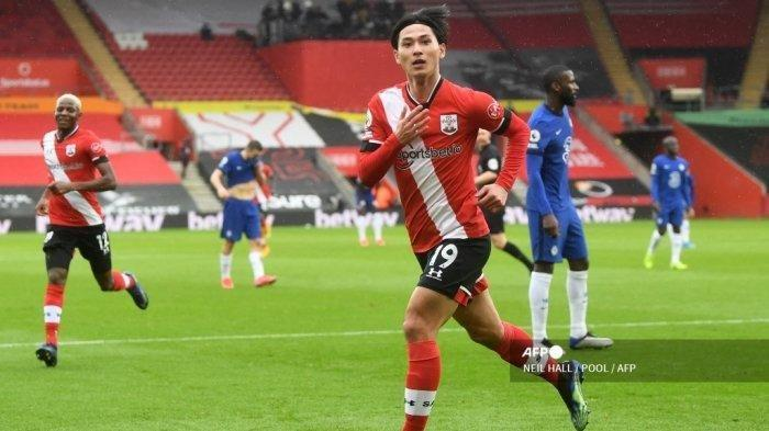 Gelandang Southampton Jepang Takumi Minamino merayakan mencetak gol pertama timnya selama pertandingan sepak bola Liga Premier Inggris antara Southampton dan Chelsea di St Mary's Stadium di Southampton, Inggris selatan pada 20 Februari 2021.