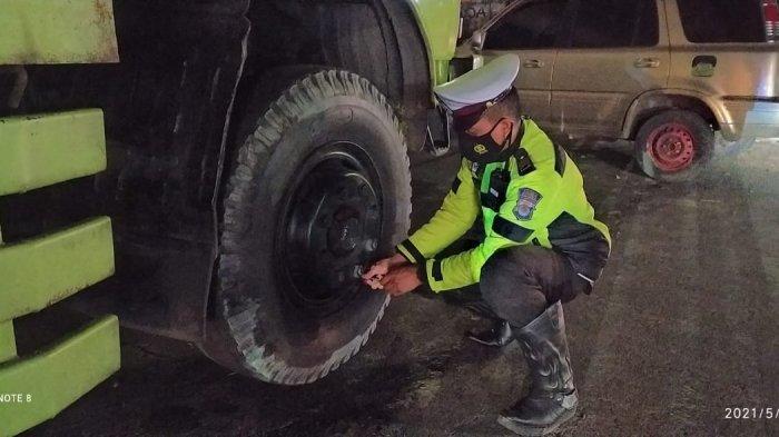 Petugas Gabungan Gembosi Ban 15 Unit Mobil Kontainer