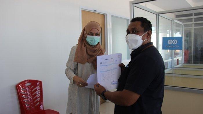 General Manager Bandara Samrat Manado, Minggus ET Gandeguai turut dalam simulasi layanan uji Covid-19 menggunakan perangkat GeNose C19, Rabu (28/04/2021).