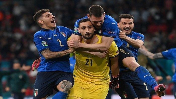 Gianluigi Donnarumma melakukan selebrasi bersama pemain timnas Italia lainnya.