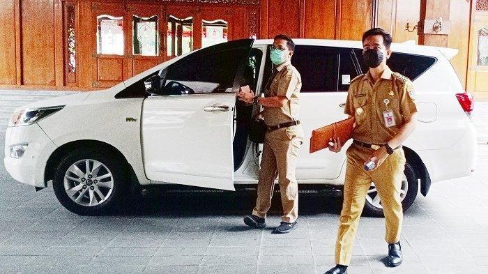 Wali Kota Solo, Gibran Rakabuming Raka tiba di tempat kerjanya yang baru di Balai Kota Solo menggunakan mobil dinas, Senin (1/3/2021).