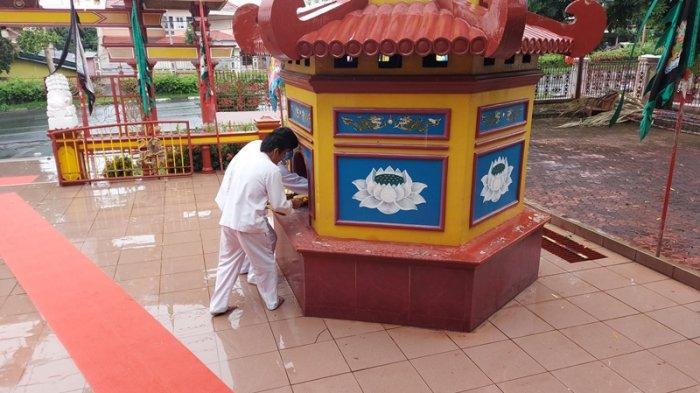 umat Tridharma Klenteng Seng Bo Kiong Bitung usai melaksanakan  sembayang memohon pelaksanan ritual suci Goan Siau atau Cap Go Meh.