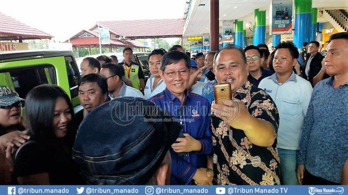 BREAKING NEWS: GSVL Tiba di Manado, Ratusan Warga Menyambutnya di Luar Bandara