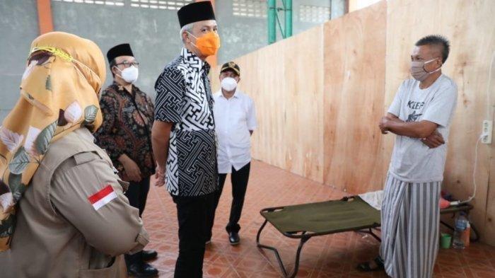 Gubernur Jawa Tengah Ganjar Pranowo saat berdialog dengan Wagiman, pemudik yang dikarantina di GOR Satria Purwokerto, Jumat (7/5/2021).