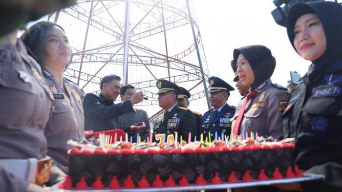 HUT ke-74 TNI, Gubernur Olly Dondokambey Suapi ke Pangdam XIII Merdeka Mayjen TNI Tiopan Aritonang