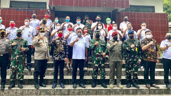 Gubernur Sulawesi Utara Olly Dondokambey meninjau vaksinasi warga Desa Tumaluntung, Kecamatan Kauditan, Kabupaten Minahasa Utara, Provinsi Sulut, Rabu (16/6/2021).