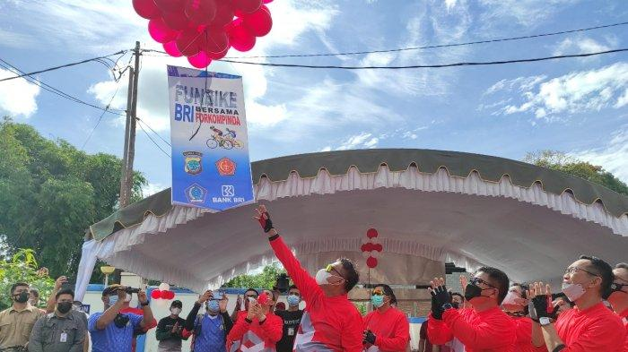 Gubernur Sulut, Olly Dondokambey, Wagub Sulut, Steven Kandouw, jajaran Forkompimda Sulut dan Regional CEO BRI Manado dan jajaran bersepeda santai di Tondano, Minahasa, Sabtu (10/04/2021).