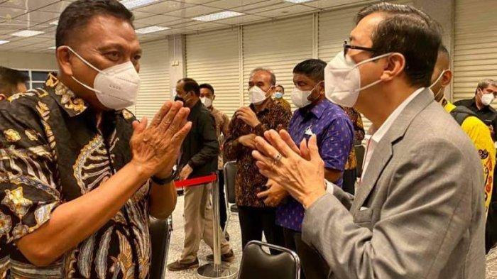 Gubernur Sulut Olly Dondokambey disambut Menteri Hukum dan HAM RI Yasona Laoly saat melayat ke rumah duka almarhumah Elisye, Kamis (10/6/2021).