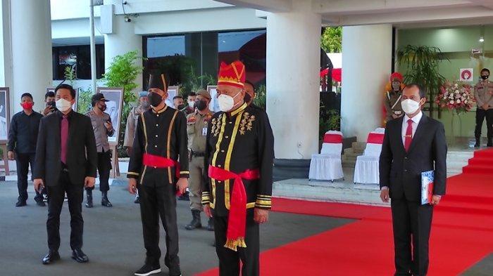 Gubernur Sulut, Olly Dondokambey memasuki tempat upacara HUT ke-57 Provinsi Sulut di kantor gubernur Sulut, Kamis (23/09/2021).