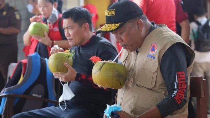 Olly Dondokambey Rasakan Segarnya Sajian Kelapa Muda di Pulau Talise Minahasa Utara