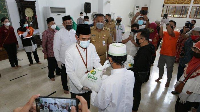 Gubernur Olly Dondokambey Serahkan 3Ribu Paket Ramadan Berkah Berbagi Pegadaian Kanwil V Manado