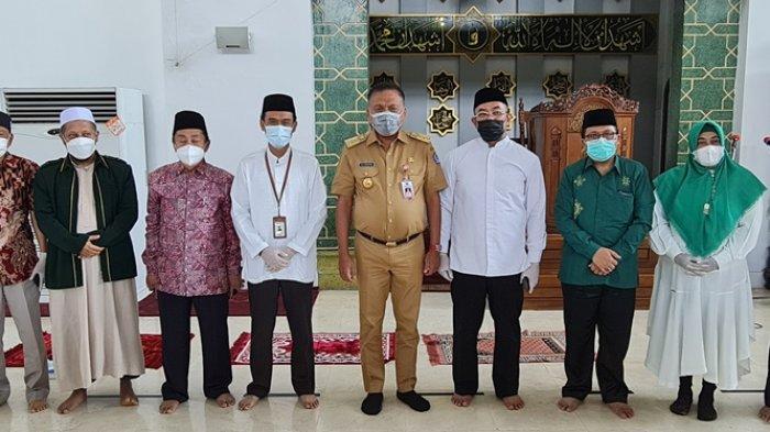 Gubernur Sulut, Olly Dondokambey menyerahkan simbolis 3 ribu paket bantuan Ramadhan Berkah Berbagi dari Pegadaian dan Baznas Sulut di Masjid Raya A. Yani Manado, Selasa (04/05/2021).