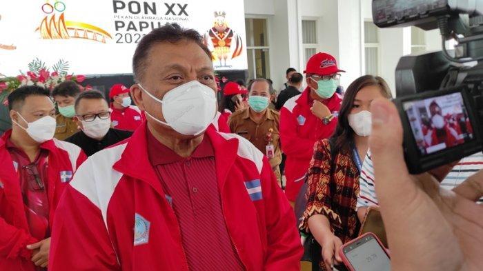 Gubernur Sulut, Olly Dondokambey saat diwawancarai awak media pada acara pelepasan kontingen PON Sulut di pendopo rumah dinas Gubernur Sulut, Bumi Beringin, Manado, Selasa (21/09/2021).