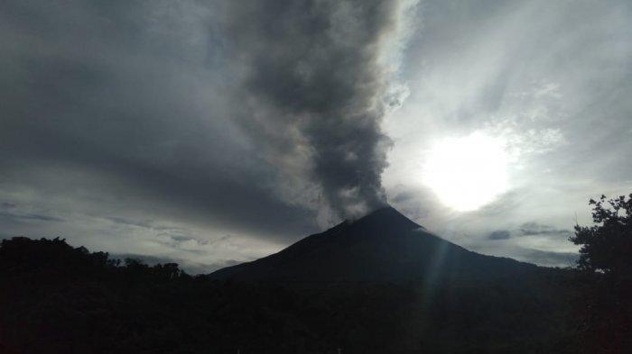 Tekanan Asap Putih Tebal dari Kawah Gunung Karangetang Capai 250 hingga 400 Meter