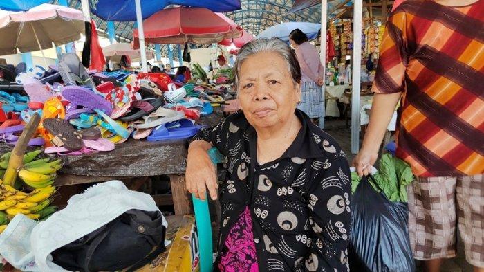 Di Usia Senja Han Maramis Tetap Gigih Bekerja, Jualan Buah di Tengah Keriuhan Pasar Karombasan