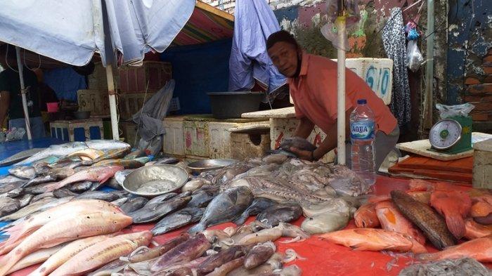 Harga ikan di Pasar Bersehati mengalami kenaikan harga karena nelayan sulit melaut yang disebabkan cuaca ekstrem, Senin (18/1/2021).