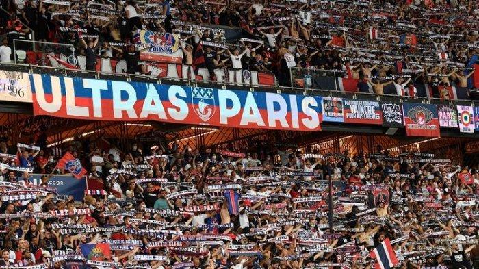 Fans PSG bersorak mendukung tim mereka pada pertandingan sepak bola Ligue 1 Perancis antara PSG vs Strasbourg di Stadion Parc des Princes di Paris pada 14 Agustus 2021. Sebelum laga, Lionel Messi diperkenalkan.