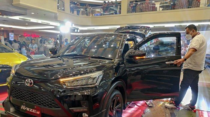 Manajemen Hasjrat Toyota di Sulut memperkenalkan All New Toyota Raize di Atrium Megamall Manado, Senin (24/05/2021).