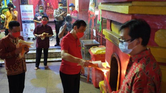 Berita Foto : Ibadah Malam Imlek di Ban Hin Kiong
