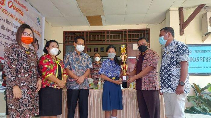 Hengky Honandar Wakil Wali kota Bitung saat menyerahkan hadiah kepada sejumlah pemenang lomba cerita. Didampingi Frangky Ladi Asisten I setda kota Bitung dan kepala Dinas Perpustakaan Eugenie Mantiri.