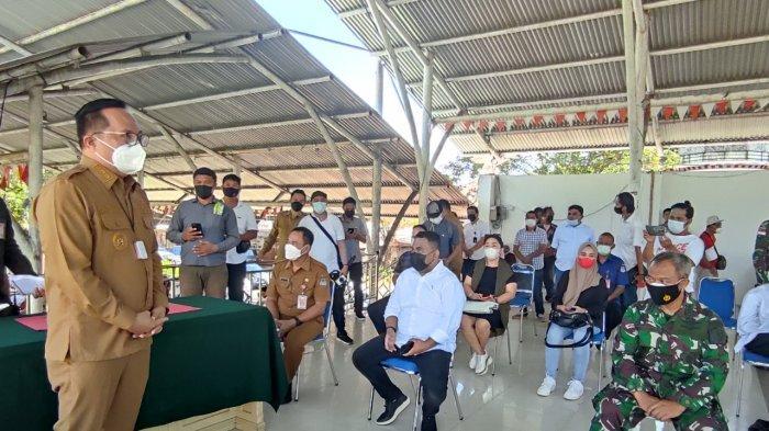 Wawali Manado, dr Richard Sualang menyerahkan hewan kurban kepada Ketua PHBI Manado, Amir Liputo di Lapangan Sparta Tikala, Senin (19/07/2021).
