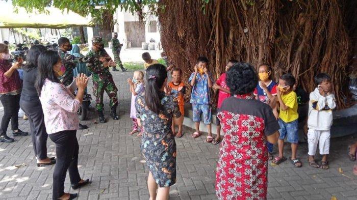 Personel Kodim 1310 Bitung Hibur Anak-anak Penyintas Kebakaran Pasar Tua