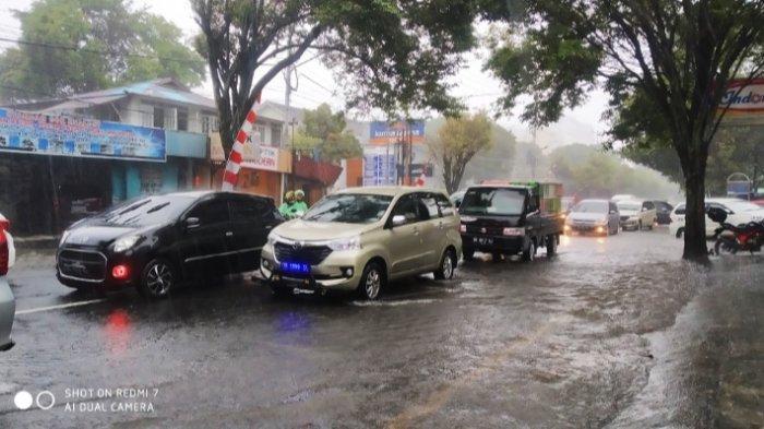 Hujan deras mengakibatkan banjir terjadi di Kecamatan Sario, Kota Manado, Kamis (16/07/21), tepatnya di ruas Jalan Achmad Yani.