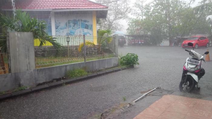 Hujan deras melanda sejumlah wilayah di Kota Manado, Sabtu siang (31/10/2015).