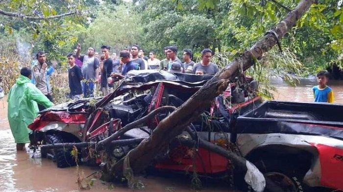 Foto : Kondisi mobil <a href='https://manado.tribunnews.com/tag/desa-batu-tering' title='DesaBatuTering'>DesaBatuTering</a>, Kecamatan Moyo, <a href='https://manado.tribunnews.com/tag/sumbawa' title='Sumbawa'>Sumbawa</a> Mujiburahman (47) hilang setelah terseret arus sungai