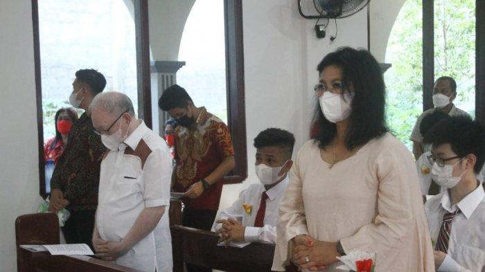 Bupati Sitaro Evangelian Sasingen dan Wakil Bupati John Palandung menghadiri misa HUT ke-10 Paroki Santa Maria Ulu Siau sekaligus penerimaan Sakramen Krisma, Rabu (26/5/2021).