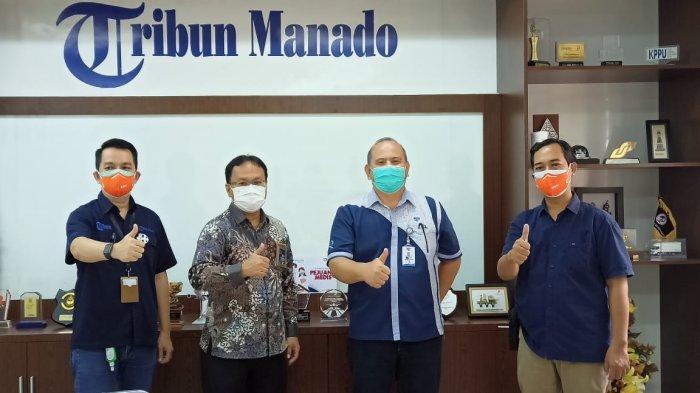Stakeholder Relation Manager PT Tirta Investama Danone Aqua Airmadidi Imanuel Adoeng saat berkunjung di Kantor Tribun Manado, Selasa (2/2/2021). Kunjungan ini dalam rangka menyampaikan ucapan HUT Ke-12 Tribun Manado.