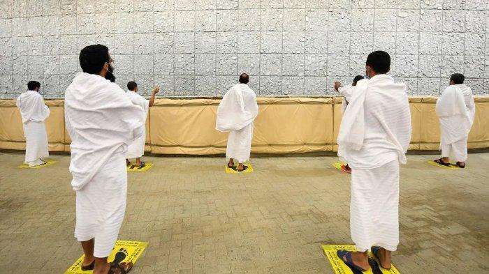 Jemaah melakukan lempar jumrah di Mina dalam ibadah haji 1442 Hijriah atau tahun 2021.