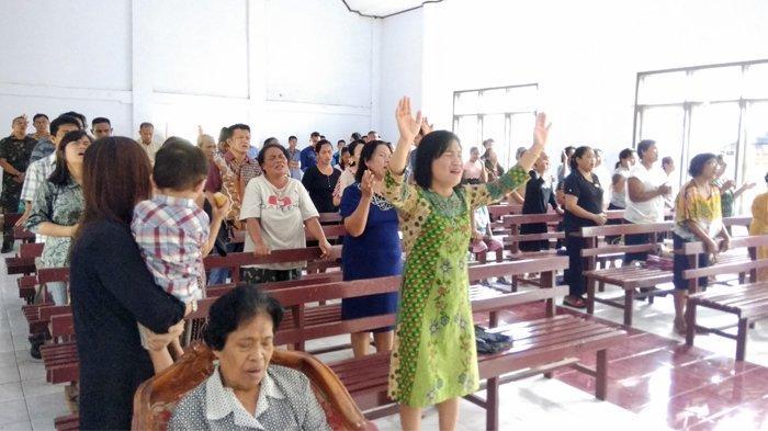 Korban Banjir Sangihe Menangis Dalam Gereja, Pendeta Jemmy Kuatkan Jemaat GPDI Lebo