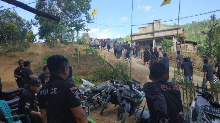Polisi Kawal Penguburan Jofly Ratu di Desa Soyowan