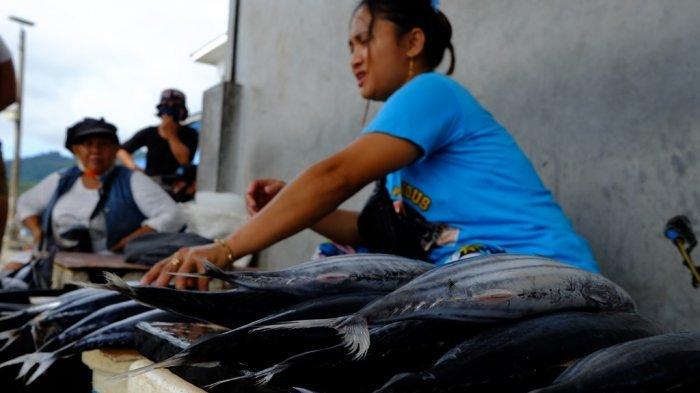 Cuaca buruk yang melanda wilayah Sulawesi Utara termasuk diantaranya di perairan Kota Manado akhir-akhir ini membuat harga dari beberapa jenis ikan meningkat, Jumat (5/2/2021).